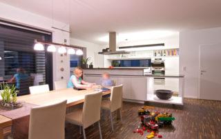 Smart Home Küche mit Frau und Kind